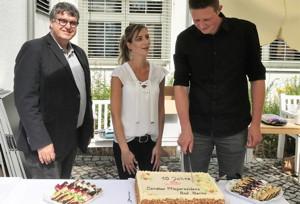 Die Jubilare haben die Ehre, die Torte anschneiden zu dürfen.